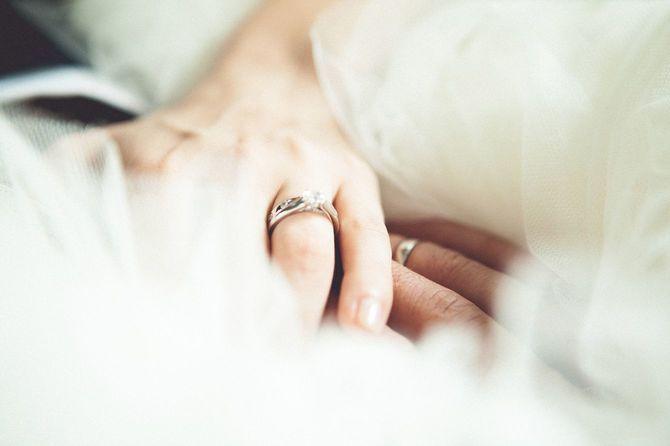 花嫁と花婿の手