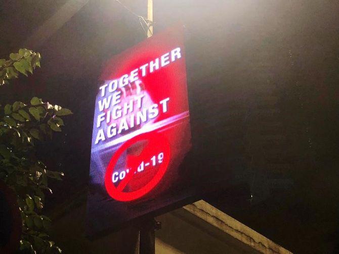 マレーシア国内では至るところに電光掲示板で「Covid-19に共に立ち向かおう」など、国民の団結を求める告知が見られる