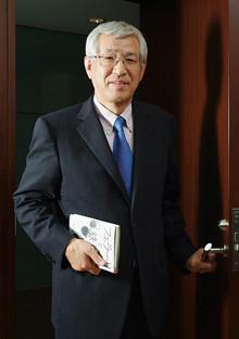 <strong>双日社長 加瀬 豊<br></strong>1947年、千葉県生まれ。70年、東京大学経済学部卒業後、日商岩井(現双日)に入社。ニュージーランド法人社長、木材製品部長、米国ポートランド店長など歴任。双日副社長を経て、2007年4月、代表取締役社長就任。1度会って話した社員の名前は、ほぼフルネームで覚えてしまう。コツは「何かのキーワードと結びつけて覚えること」。