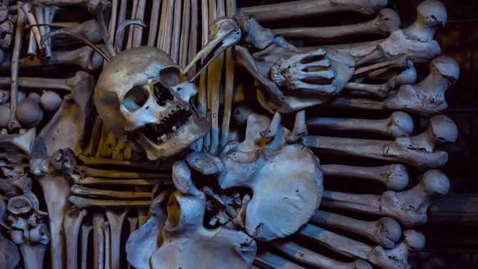 納骨堂で撮影した写真、チェコ共和国、クトナ・ホラ。疫病で亡くなった人たちの遺骨