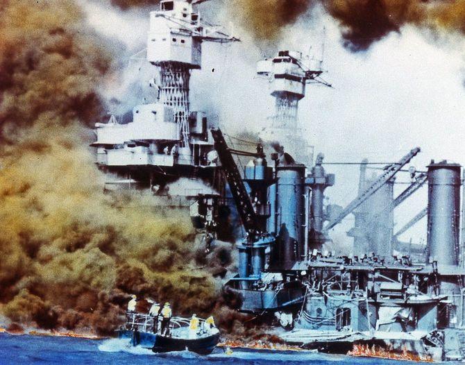 1941年12月7日真珠湾攻撃/日本機の攻撃を受ける戦艦「ウェストバージニア」(左)と「テネシー」。