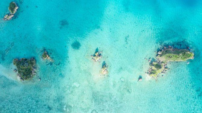 美しい海に浮かぶ小さな島の空中写真