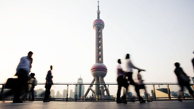 上海のランドマークと行き交う人々