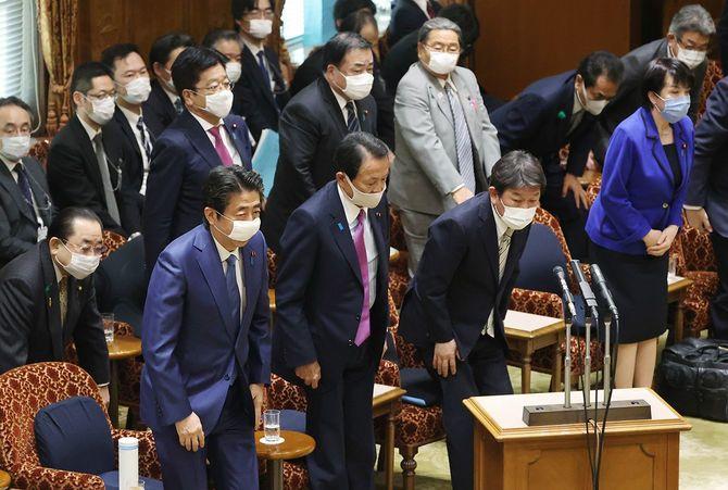 参院予算委員会で2020年度補正予算案が全会一致で可決され、一礼する安倍晋三首相(手前左端)ら