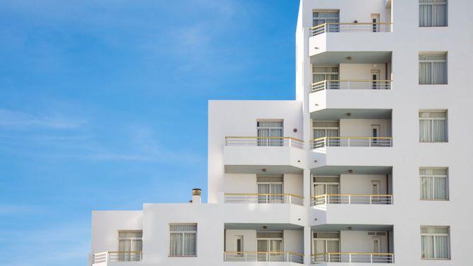 晴れた日の現代的な白い建物の建築の詳細