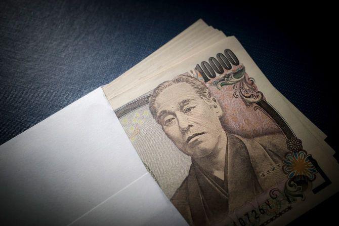 封筒に入ったたくさんの1万円札