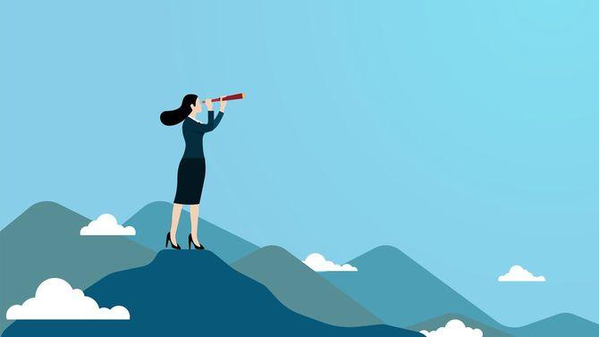 山頂から望遠鏡で遠くを眺める女性