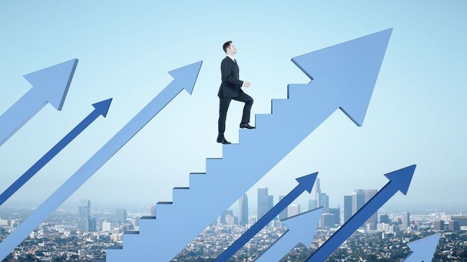上向きの矢印の階段をのぼるビジネスマン