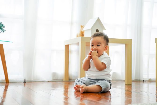 リビングルームに座る幼児