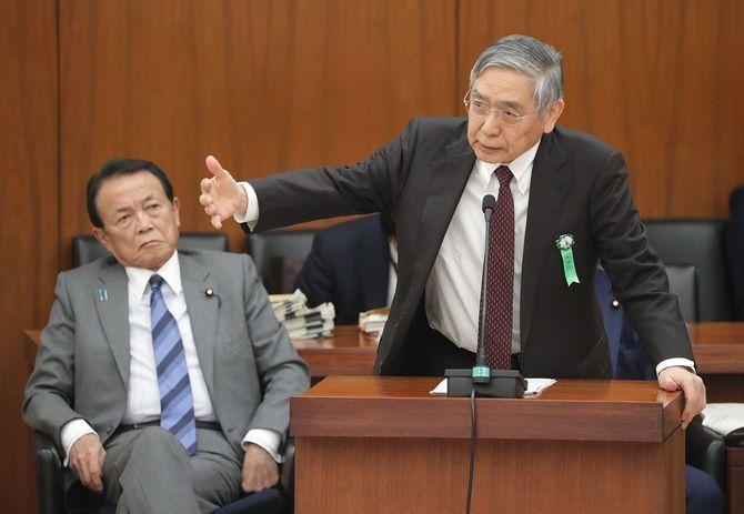 衆院財務金融委員会で答弁する日本銀行の黒田東彦総裁(右)。左は麻生太郎副総理兼財務相=2020年3月24日、国会内