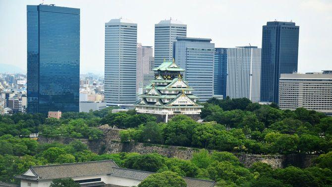 高層ビルが並ぶ大阪の街並みのなかに大阪城