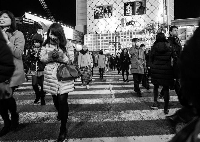 渋谷の交差点を歩く人々