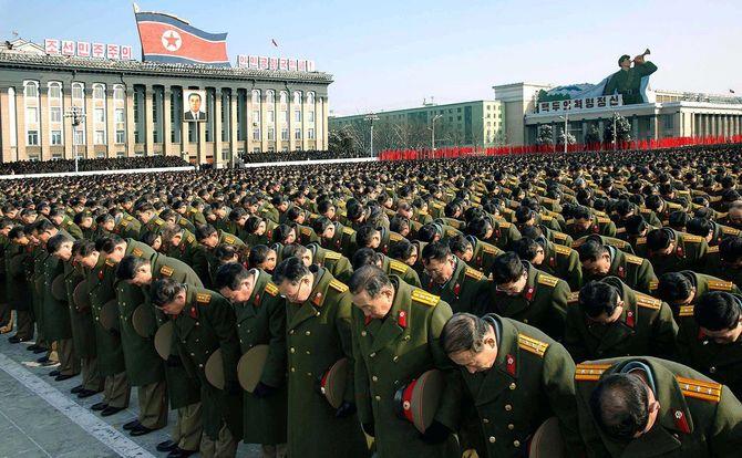 2011年12月29日正午、平壌の金日成広場で行われた金正日総書記を追慕する中央追悼大会で3分間の黙とうする軍の幹部ら(北朝鮮・平壌)
