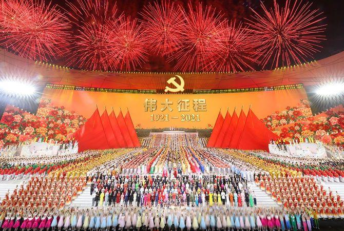 中国共産党創立100周年祝賀文芸公演「偉大な征途」が6月28日夜、北京国家体育場(鳥の巣)で盛大に行われた。写真はフィナーレの会場一斉合唱の様子。
