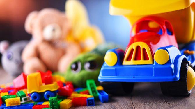 カラフルなおもちゃとぬいぐるみ