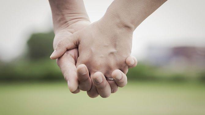 手を握る新郎新婦
