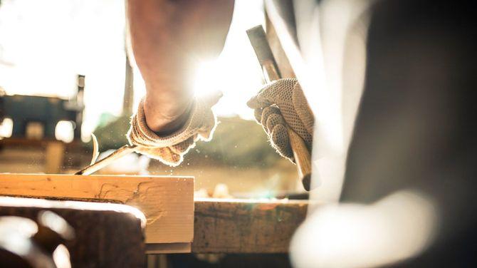 のみを使って木材を削るようす