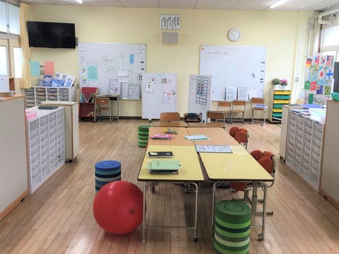 狛江第三小学校の特別支援学級の教室。ゆらゆら揺れる椅子やバランスボール、体をしっかりとホールドする椅子などから選べる