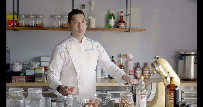 「動画を見て練習するお客さまの方がおいしいお菓子を作ったら、業界の人はこの先どうすんねんって、自分も含めて危機感を突きつけたかった」と語る石川氏=2021年2月、大阪市内のアトリエ