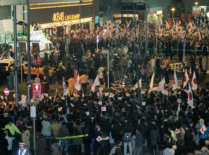 各党党首の「最後の訴え」に耳を傾ける有権者=2012年12月15日、東京・秋葉原駅前