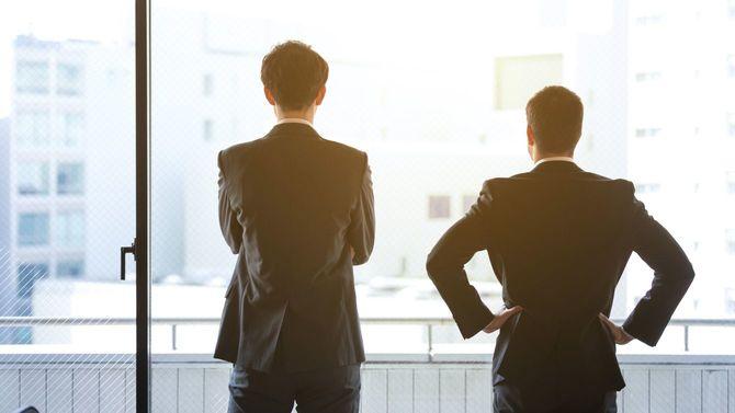 2人の事業家の後ろ姿