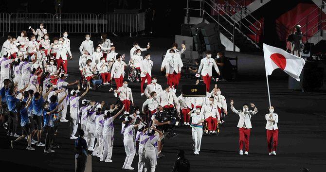 開会式で入場行進する日本選手団。先頭は旗手の岩渕幸洋(右から2人目)、谷真海(右端)