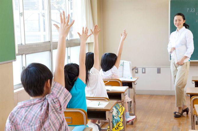 教室で小学生
