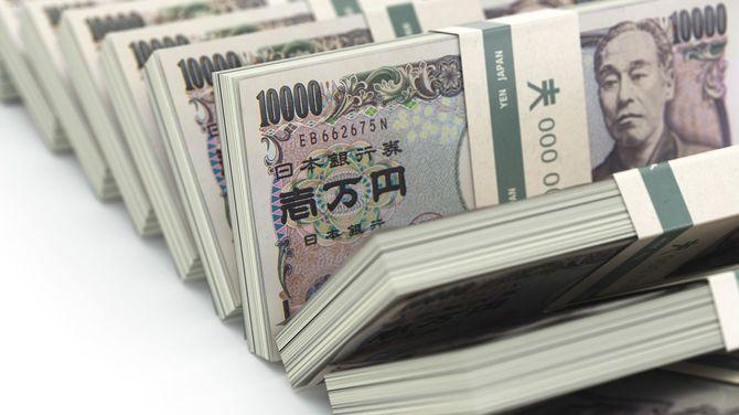 一万円札の束が並ぶ