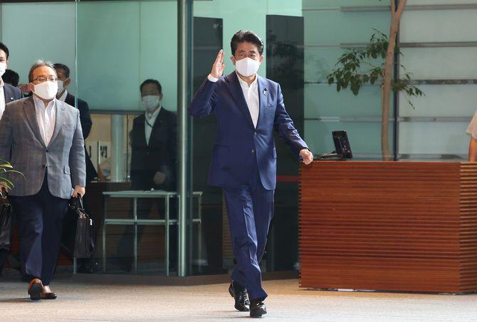 首相官邸に入る安倍晋三首相(中央)=2020年9月3日、東京・永田町