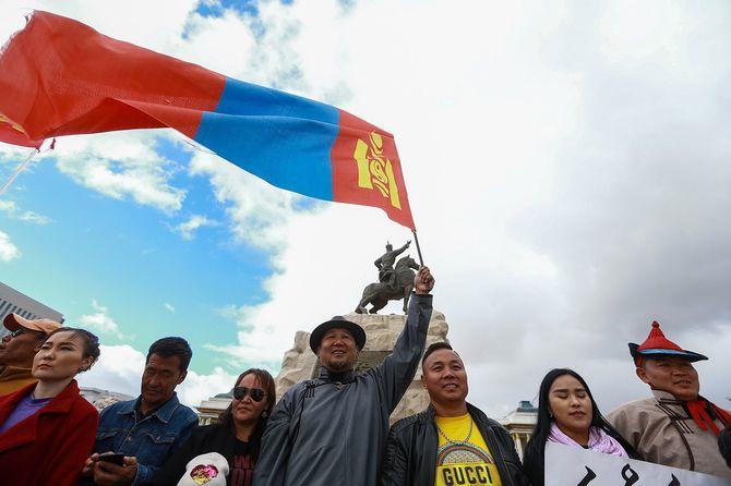 中国・内モンゴル自治区での中国語教育を義務付ける政策に抗議する人々=2020年9月15日、モンゴルの首都ウランバートル