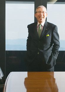 <strong>日本電産社長 永守重信</strong><br>1944年、京都府生まれ。67年職業訓練大学校電気科卒業。73年7月、28歳で日本電産を起業後、35年以上社長として同社を率いる。80年代後半から駆動技術に特化した海外展開、M&Aを続けてきた。いまは特に鉄道事業に注目している。「夜明けのこない朝はない。過去300年の不況を調査すると、景気は必ずよくなっている。バブルも国の移動が起こって再燃している」