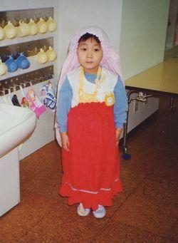 幼少時代は頭にスカートをかぶってロングヘアーみたいになるのが好きだった