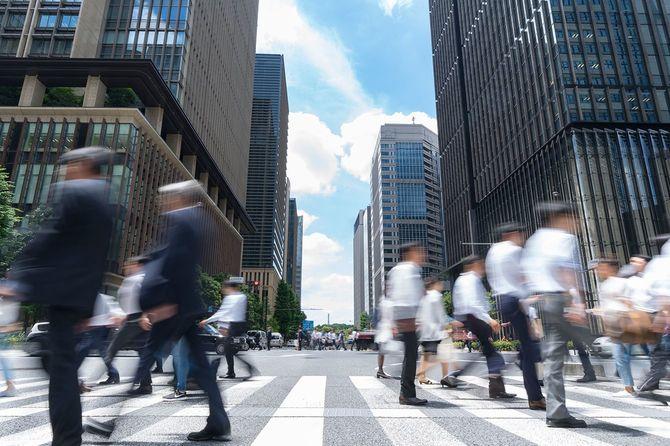 東京で大手町を横断する人