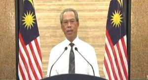 首相の演説が3月16日22時に始まると、マレーシア人は車を止めてスマートフォンで中継に見入った
