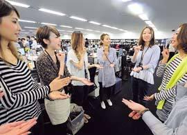 時短の先進企業が実施する「手話朝礼」