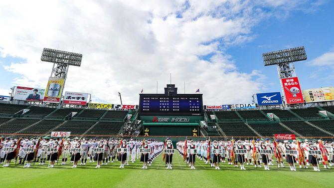第103回全国高校野球選手権大会の開会式前、外野に整列した各校の選手たち=2021年8月10日、甲子園[代表撮影]