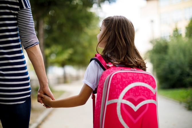 娘を学校に連れて行く母