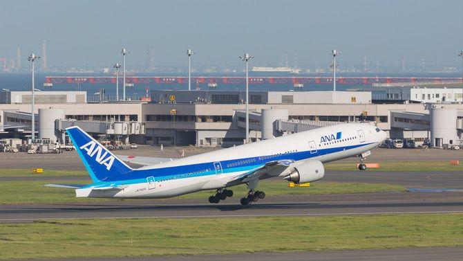 羽田空港から飛び立つANAのボーイング777-200ER機