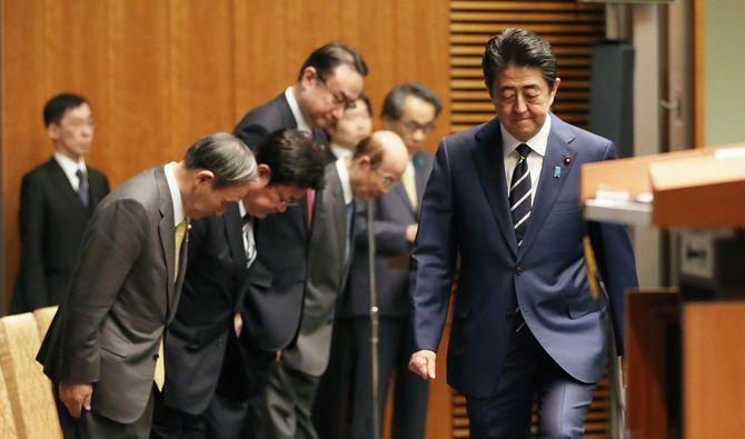 新型肺炎対策で記者会見に臨む安倍晋三首相(右端)=2020年2月29日、首相官邸
