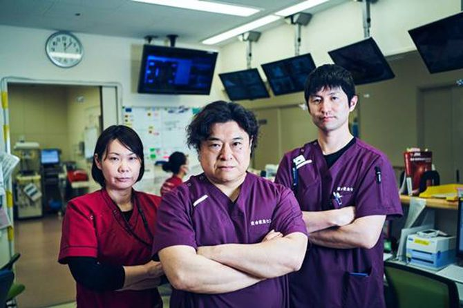 (写真中央)上田敬博(うえだ・たかひろ)/福岡県福岡市生まれ。1990年近畿大学医学部卒業。2014年兵庫医科大学 医科学研究科(生体応答制御系)修了。医学博士。2020年4月より鳥取大学救命救急センター教授に就任。広範囲熱傷の救命・治療に力を入れている。