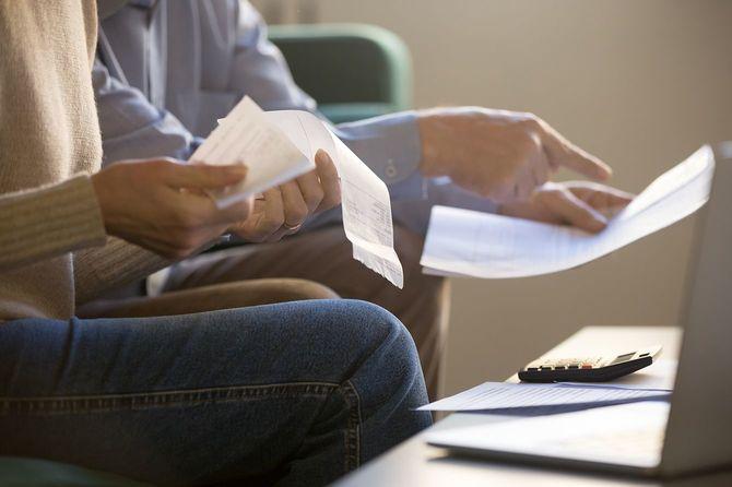 配偶者は、家族の予算チェック法案小切手クローズアップトリミング画像を管理します