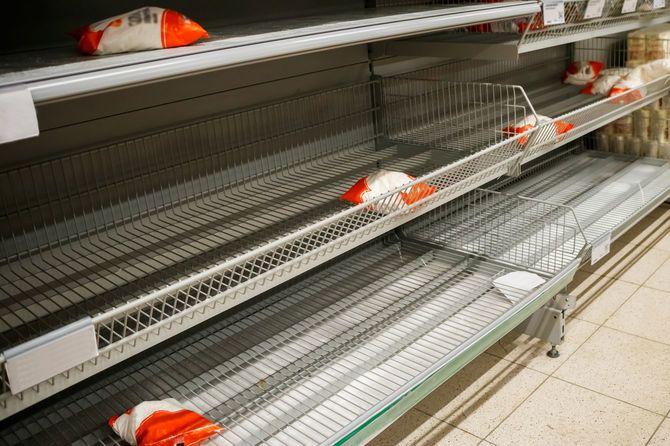 スーパーマーケットの空の棚。商品の不足、コロナウイルスによる検疫。