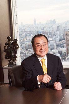 <strong>ファミリーマート社長 上田準二</strong>●1946年生まれ。秋田県出身。山形大学文理学部卒業後、伊藤忠商事に入社し、同社食料部門長補佐兼CVS事業部長などを歴任。2000年ファミリーマート顧問を経て、02年3月より現職。「若い人にファミマかわいいと言われるのが、人気の証拠でしょう。今までにない発想でファミマワンダーを続けていく」