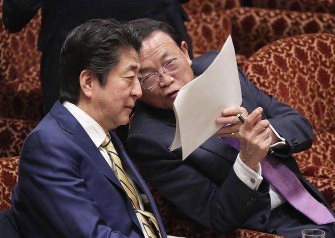 参院予算委員会で麻生太郎副総理兼財務相(右)と話す安倍晋三首相