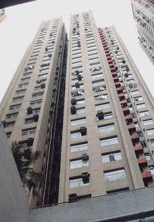 SARSの集団感染が集中したアモイガーデンE棟(33階建て、香港)。問題の排水構造は、日本のマンションと基本的に変わらない。