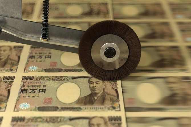 輪転機で印刷されていく一万円札