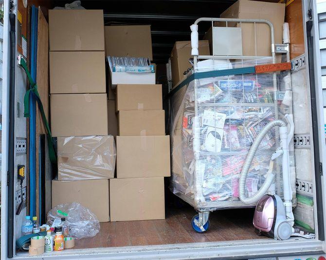 片づけた不要品は段ボールにつめて輸送する。その後、産廃業者に処理を依頼する。