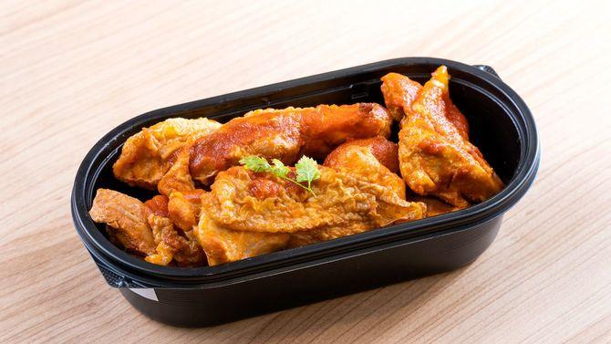 鶏もも肉を調味料や香辛料に1日漬け込んで、素揚げにしたバッファローチキン(写真は4人分)。一切手抜きなし。これに副菜が1品か2品ついて、1食分となる。