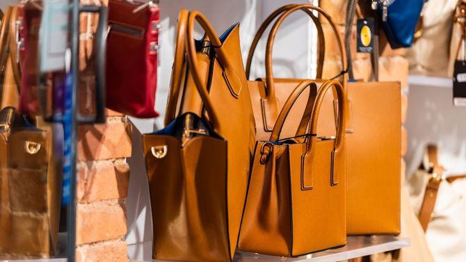 イタリア・シエナの市場にいくつものオレンジブラウンの革製バッグが置かれている