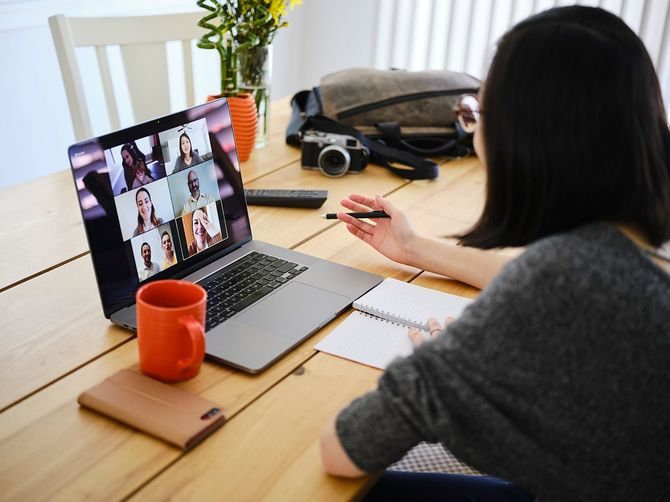 Webチャット会議で自宅で働く女性